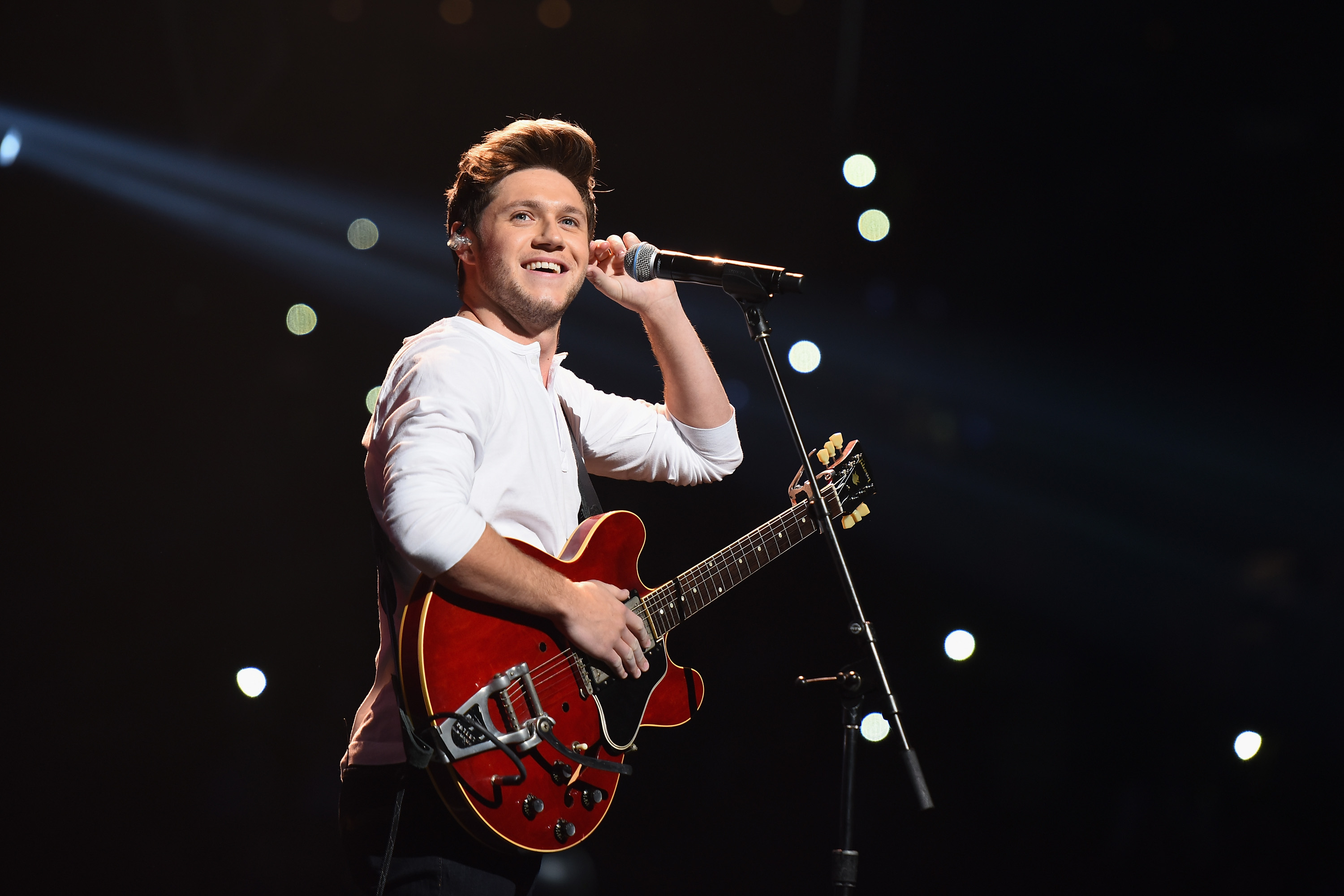 BOSTON, MA - DECEMBER 11: Singer Niall Horan performs on stage during KISS 108's Jingle Ball 2016 at TD Garden on December 11, 2016 in Boston, Massachusetts. (Photo by Dave Kotinsky/Getty Images for iHeart)