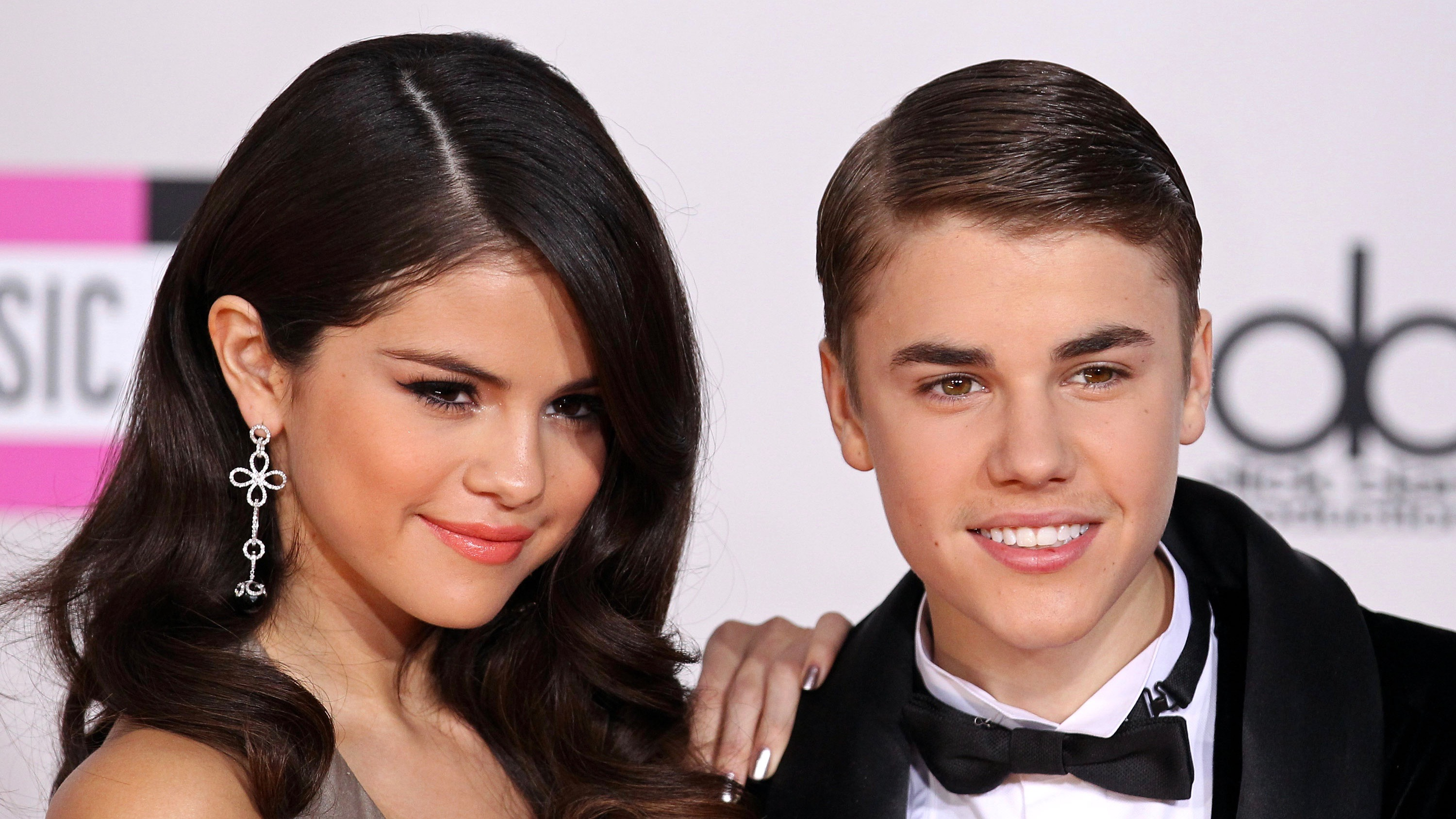 selena and justin bieber dating Selena gomez is, according to one report, pregnant thanks to justin bieber and putting conception in god's hands is this true.